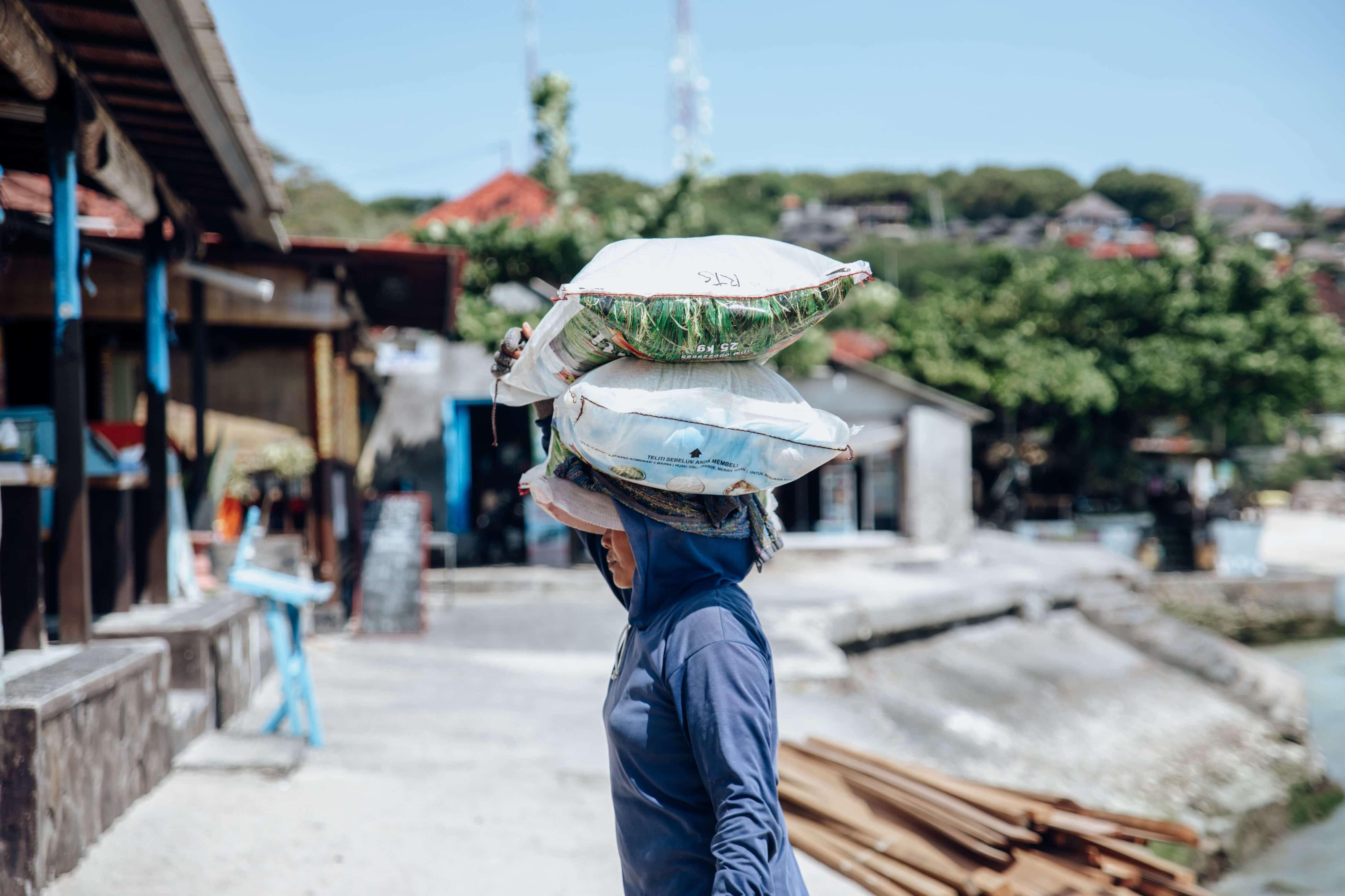 Bali-nusa-lembongan-woman-working