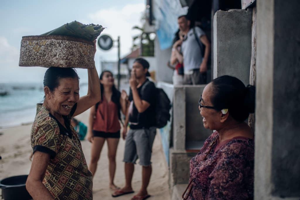 Bali-nusa-lembongan-women-chatting