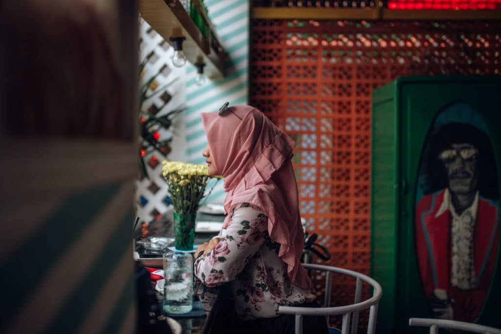 Travel photography Bali-Nusa-Lembongan-Woman-in-cafe