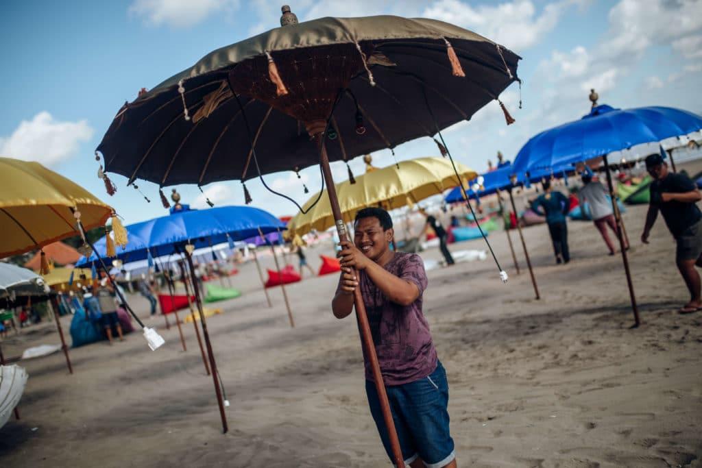 bali-nusa-lembonwan-beach-umbrella-man