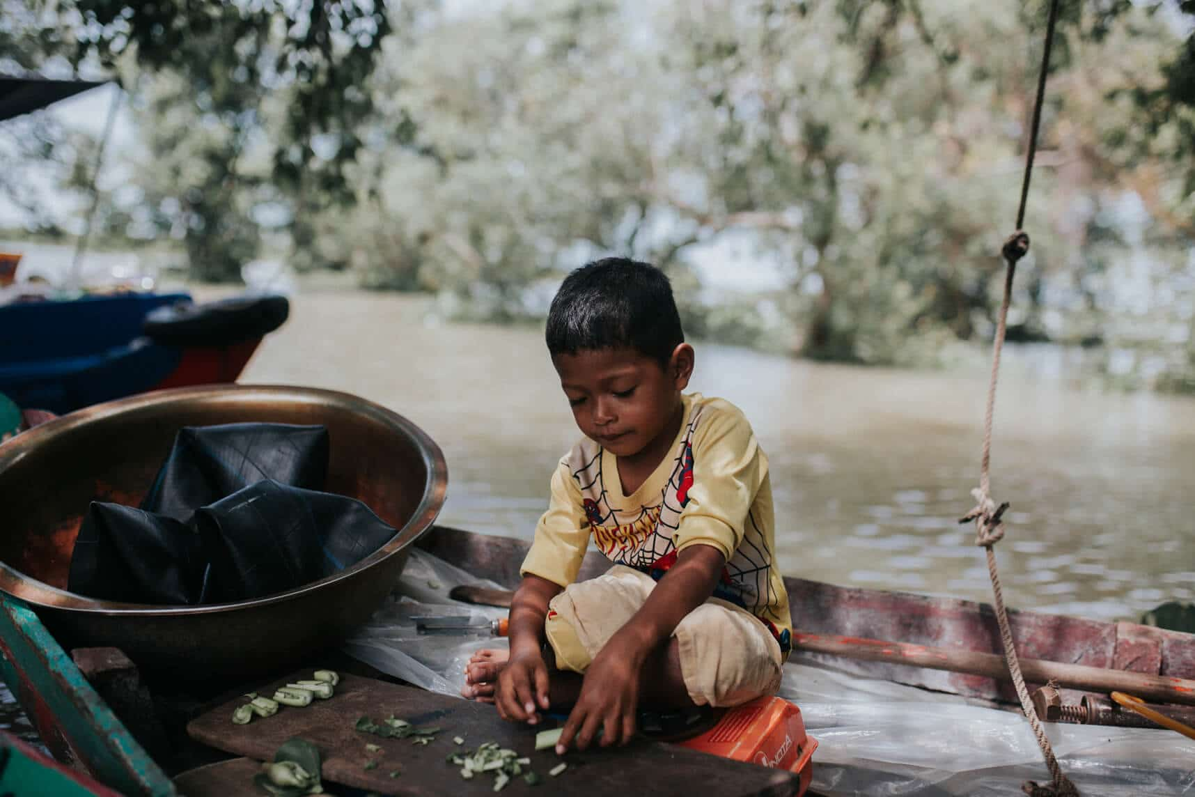 Cambodia photography - Kompong Pluk's flooded forest - Boy in canoe