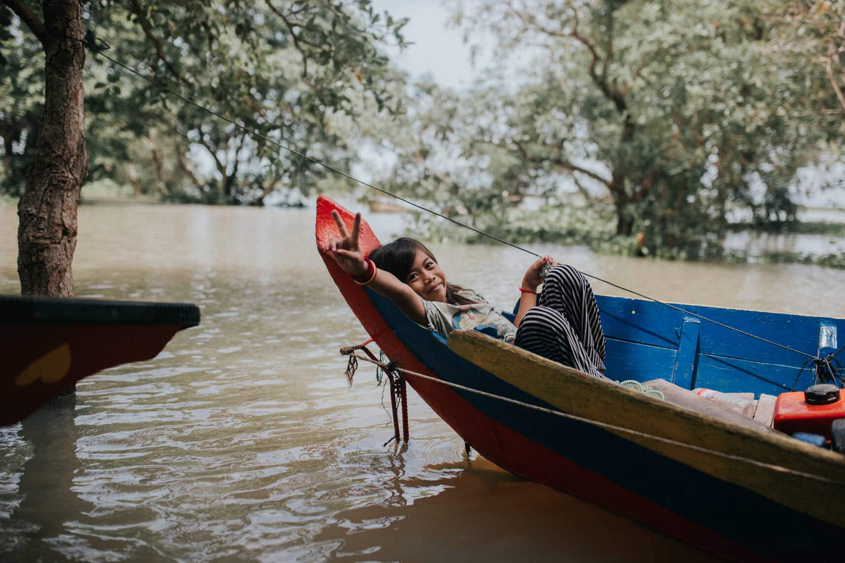 Cambodia photography - Kompong Pluk's flooded forest - Girl in canoe
