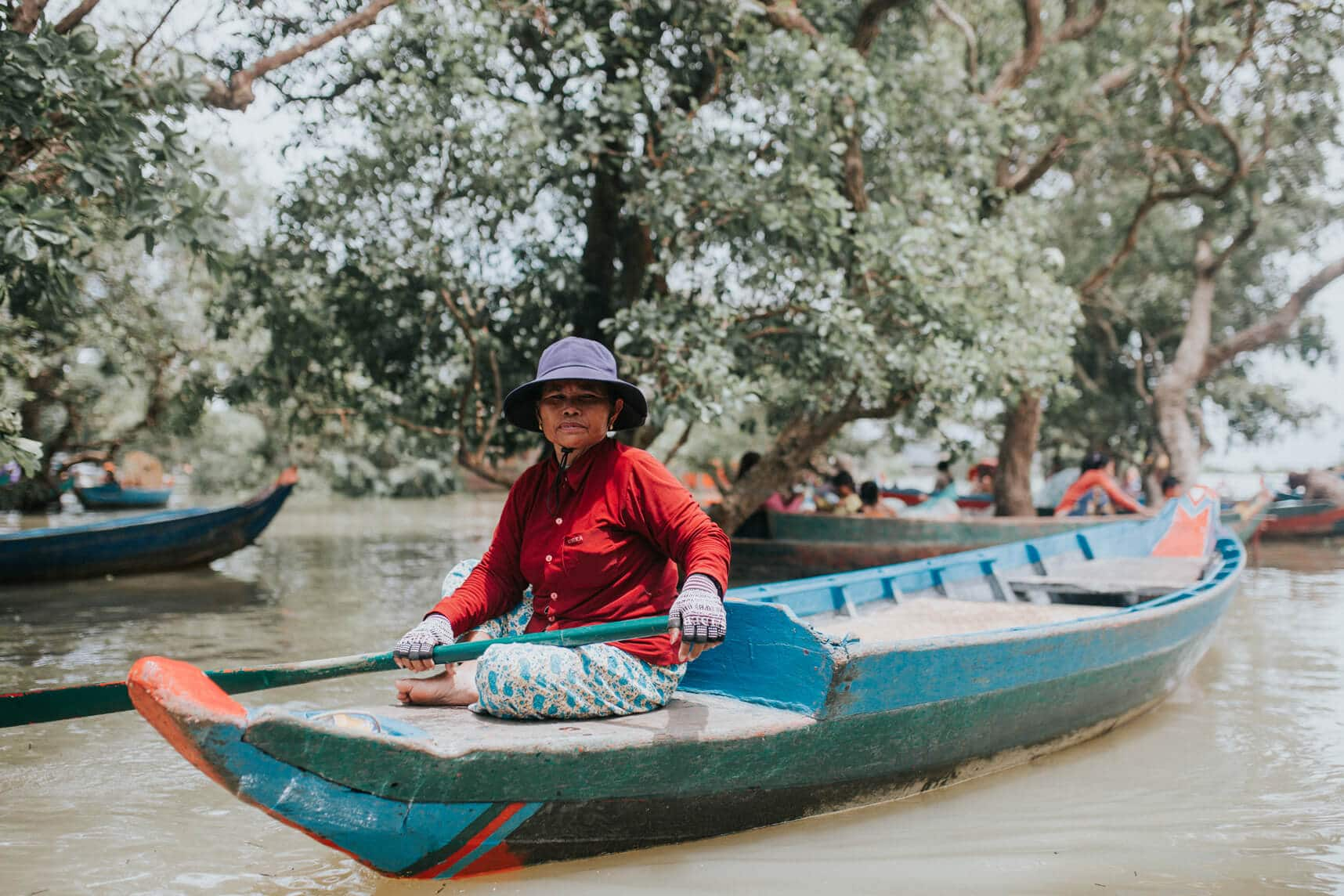Cambodia photography - Kompong Pluk's flooded forest - Woman in boat